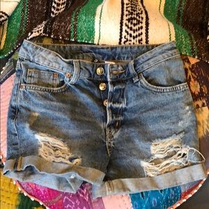 jean shorts with high waist, buttons and rips.